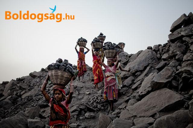 Nők kővel teli kosarakkal